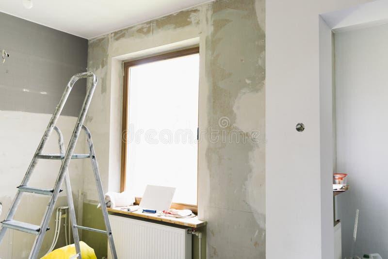 Domowy odświeżania pojęcie Kuchnia w trakcie naprawy i odświeżania Drabiny i budowy narzędzia zdjęcie stock