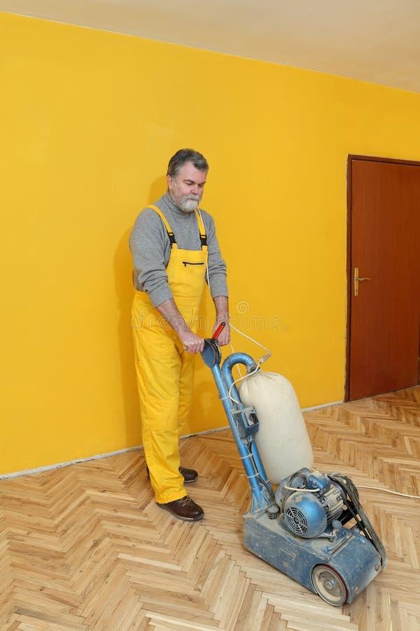 Domowy odświeżanie, pracownika sanding parkietowy fotografia royalty free