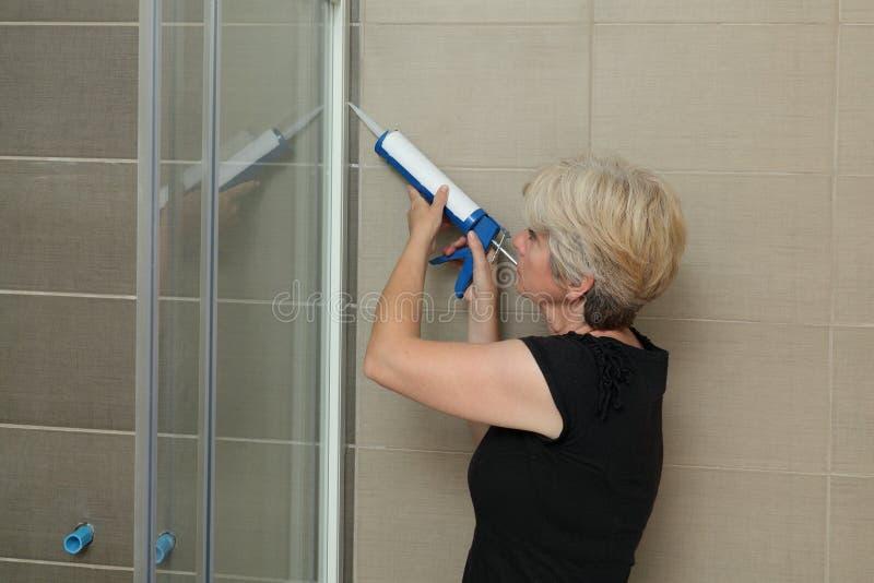 Domowy odświeżanie, prysznic kabinowy naprawianie z krzemem zdjęcia royalty free