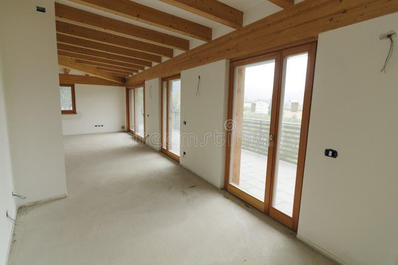 Domowy od?wie?anie: wielka otwarta przestrze? z ods?oni?tymi drewnianymi promieniami zdjęcia royalty free