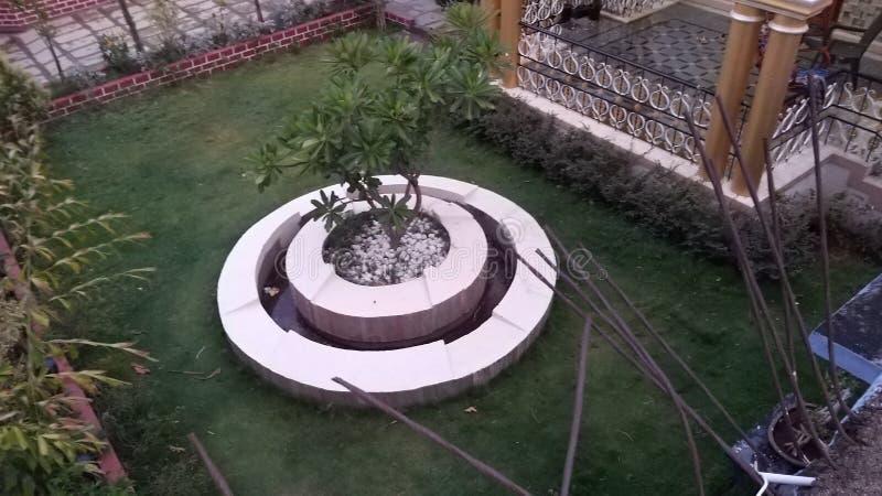 Domowy ogród z środkową fontanną obrazy stock