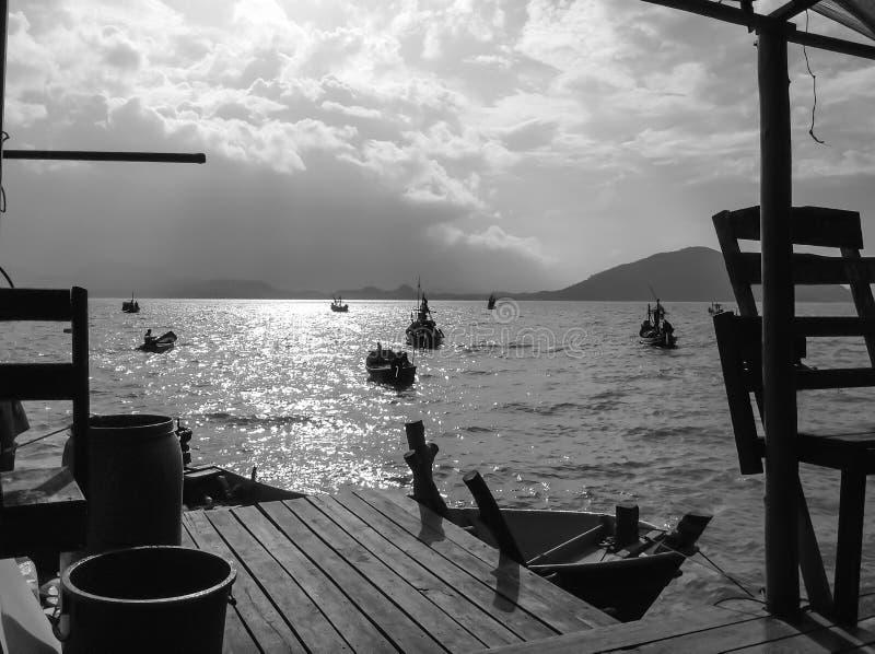 Domowy pobyt w frontowym widoku przy rybak wioską fotografia stock
