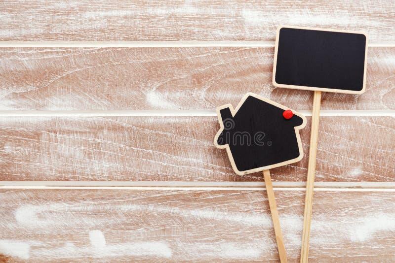 Domowy sprzedaż znak na drewnianym tle zdjęcia royalty free