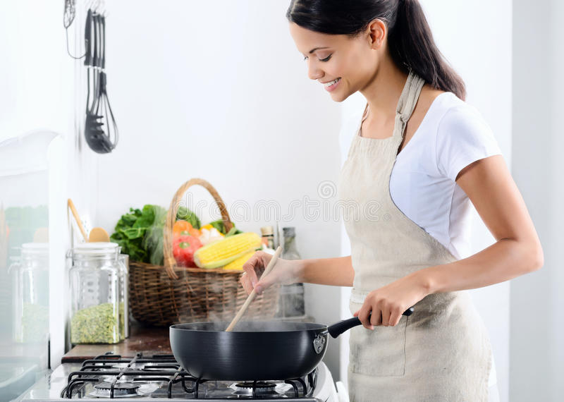 Domowy szefa kuchni kucharstwo w kuchni obrazy stock