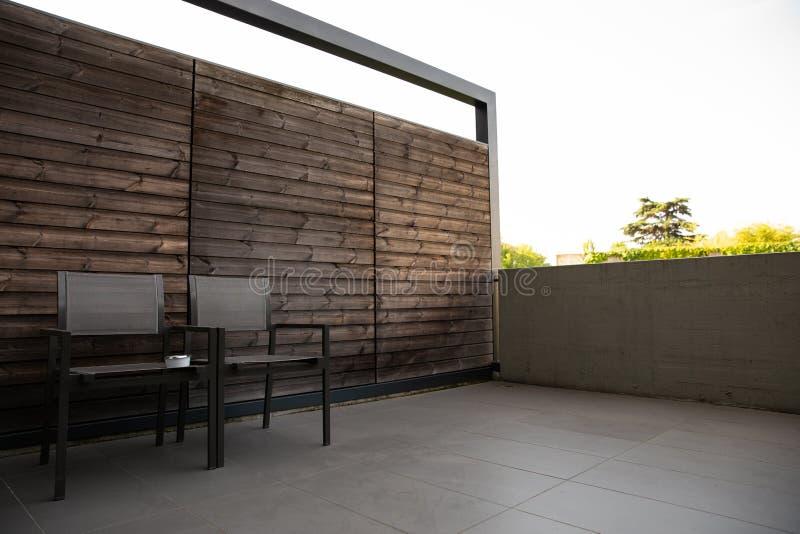Domowy taras lub balkon z wygodnym matal krzesłem dla relaksować z fotografia stock