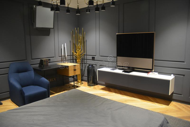 Domowy theatre TV Sypialnia z osocza tv stojakiem fotografia stock