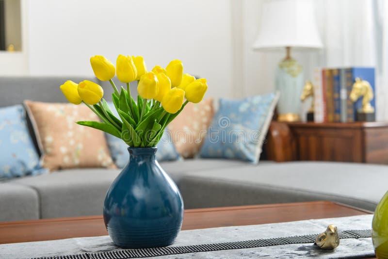 Domowy wewnętrzny wystrój, tulipanowy bukiet w wazie obrazy royalty free