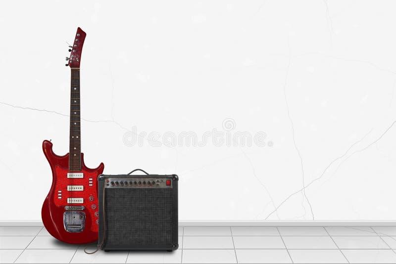 Domowy wnętrze - Czerwona retro gitara, amplifikator biel ściana zdjęcia stock