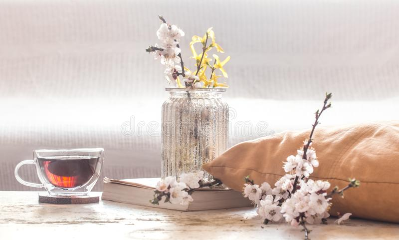 Domowy wystrój w żywej izbowej filiżance herbata z wiosną kwitnie zdjęcia stock