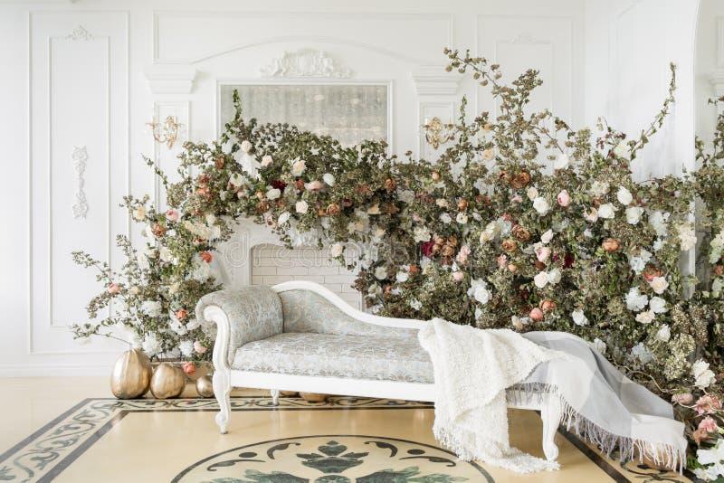 Domowy wystrój w stylu spadku Jesień ranek Klasyczni mieszkania z białą grabą obraz royalty free