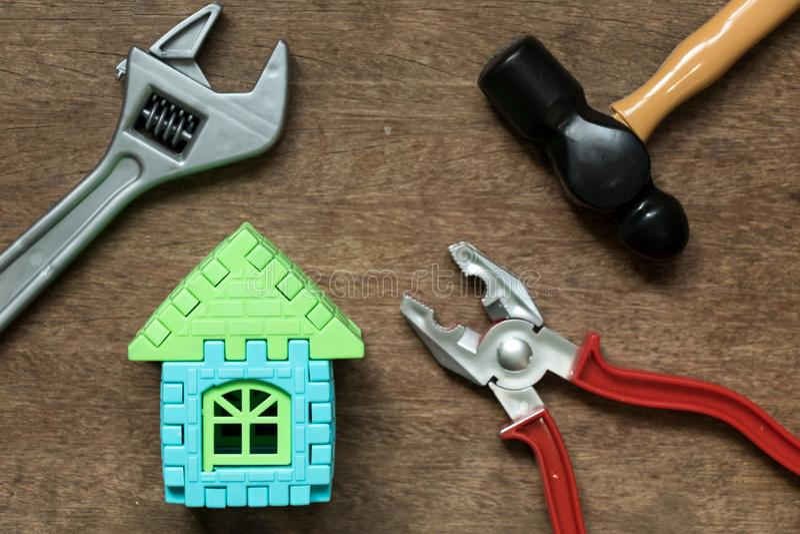 Domowy wzorcowy przedmiot z zabawkarskim wyposażenia narzędziem na drewnianym tle zdjęcia royalty free
