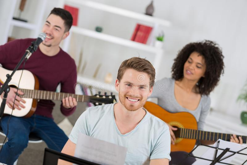 Domowy zespół uczy się nową piosenkę wpólnie zdjęcie royalty free