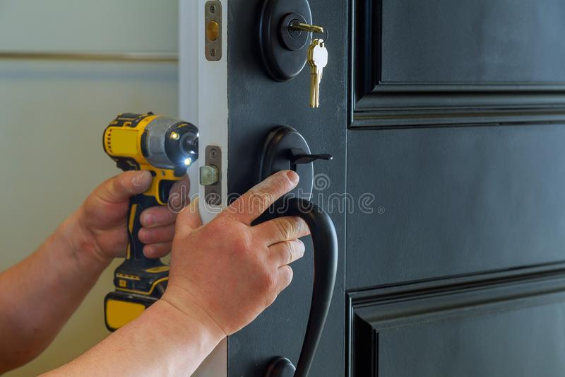 domowy zewnętrzny drzwi z inside wewnętrznymi częściami kędziorek widoczny fachowy locksmith instaluje nowego d lub naprawia fotografia royalty free