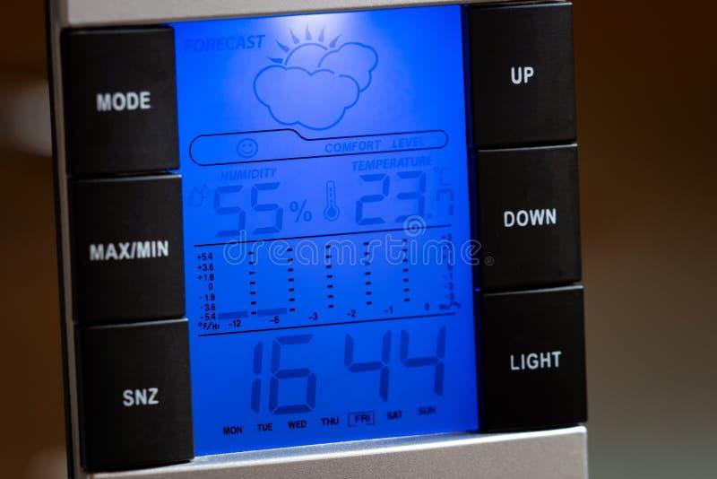 Domowych cyfrowych pogodowej stacji outside przedstawień temperaturowa wilgotność, zegar i prognoza pogody, obraz stock