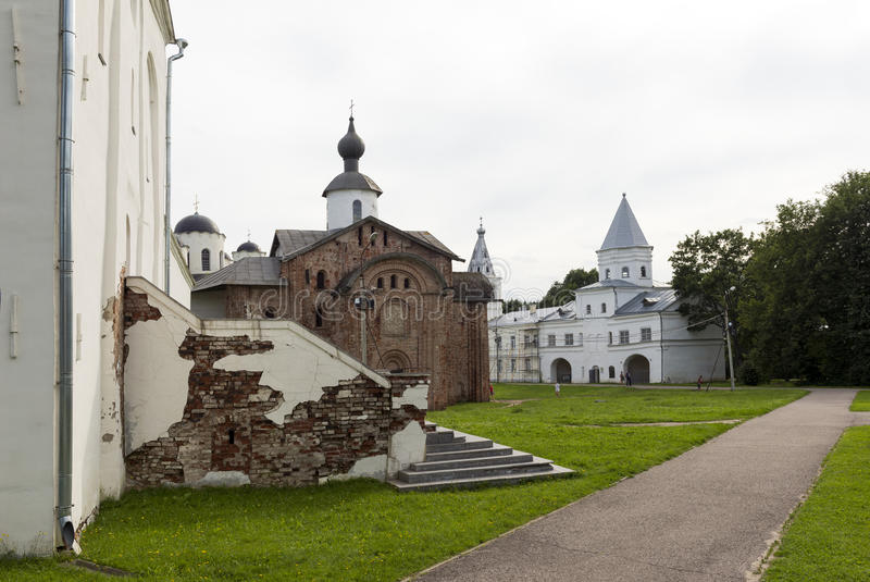 Domstol för Yaroslav ` s, medeltida ortodoxa kyrkor, kyrkan av St royaltyfria foton