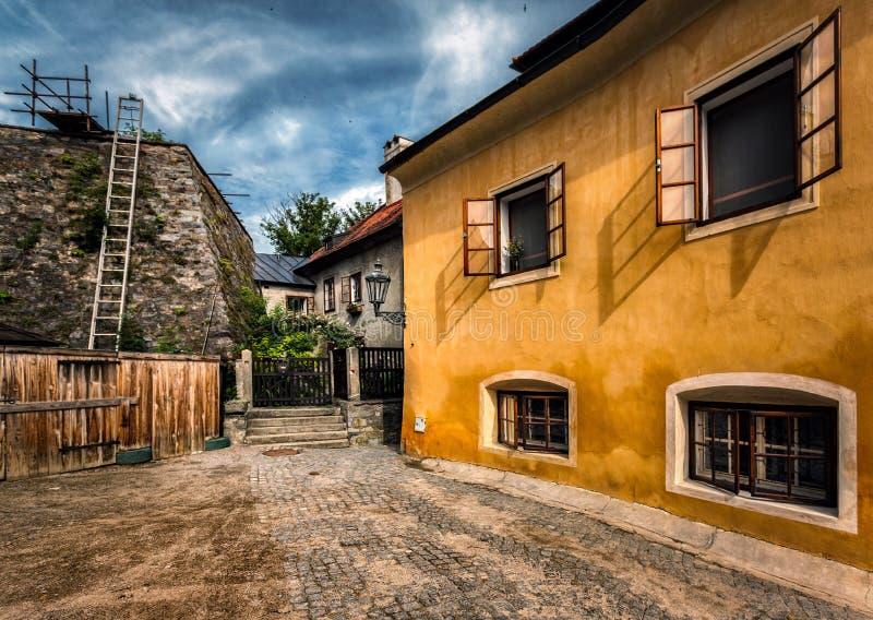 Domstolar av Cesky Krumlov för republiktown för cesky tjeckisk krumlov medeltida gammal sikt arkivfoto
