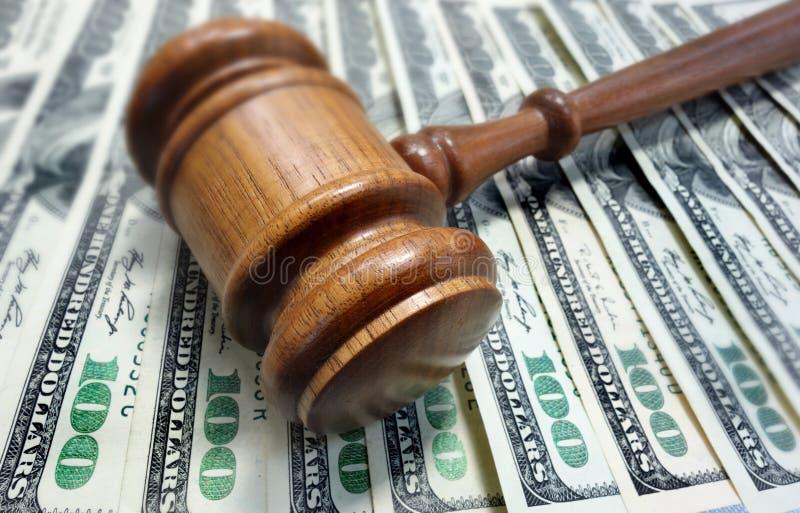 Domstolauktionsklubba och pengar royaltyfri fotografi