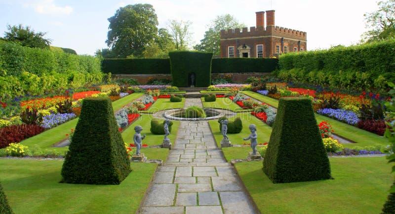 domstolen arbeta i trädgården haptonslotten royaltyfri fotografi