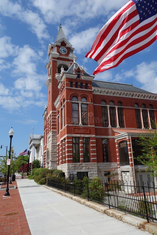 Domstolsbyggnad Wilmington med amerikanska flaggan royaltyfria foton