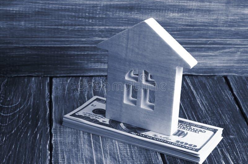 Domu drewniani stojaki na stercie smętność banknoty Pojęcie kupienia i sprzedawania niewzruszalność, czynsz mieszkania Kredytuje fotografia stock