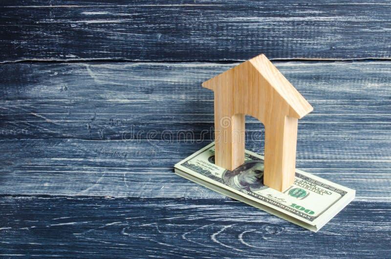 Domu drewniani stojaki na stercie smętność banknoty Pojęcie kupienia i sprzedawania niewzruszalność, czynsz mieszkania Kredytuje obraz stock