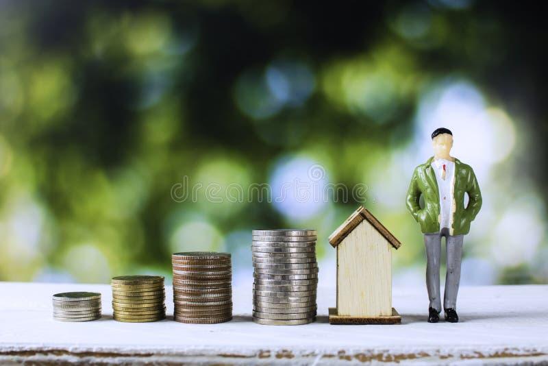 Domu i nieruchomości pojęcie, biznesowego mężczyzny pozycja z brogujący obraz royalty free
