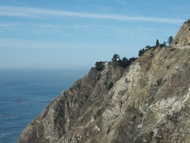 Domu stojaki wzdłuż wybrzeża Pacyficzny ocean obrazy royalty free
