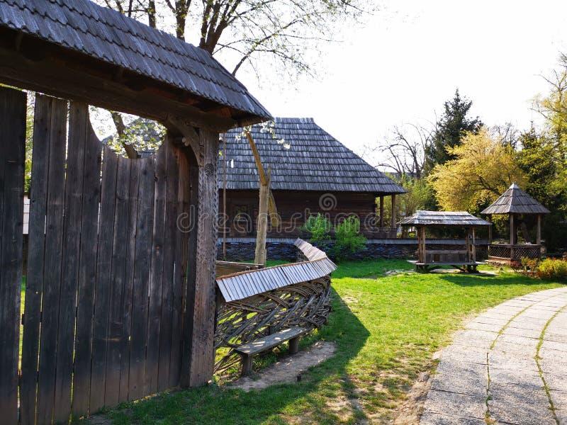 Domu wiejskiego chłop - drewniana brama i ogrodzenie zdjęcia royalty free