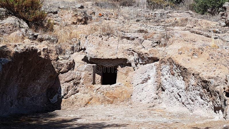 Domus de janas na necrópolis de Montessu imagens de stock