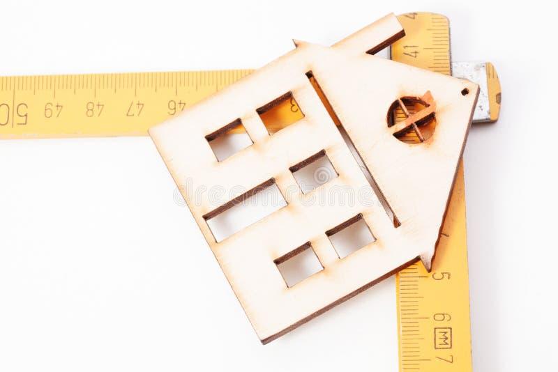 Domy - Drewniane falcowanie władcy Projekta domowy pojęcie obrazy stock