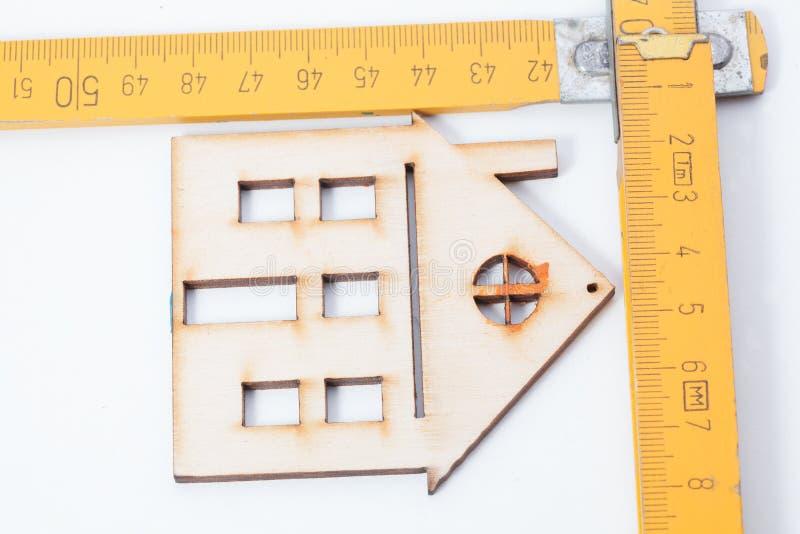 Domy - Drewniane falcowanie władcy Projekta domowy pojęcie obrazy royalty free