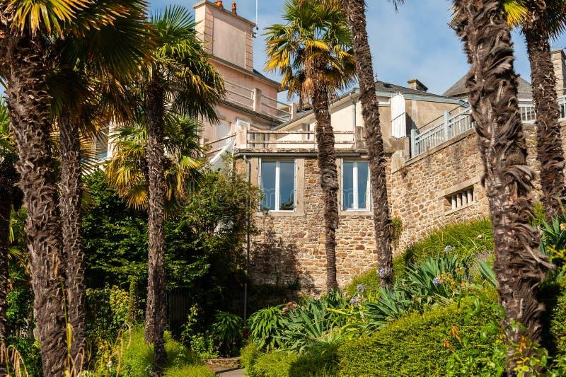 Domy i drzewka palmowe na deptaku Clair De Lune w Dinard zdjęcia royalty free