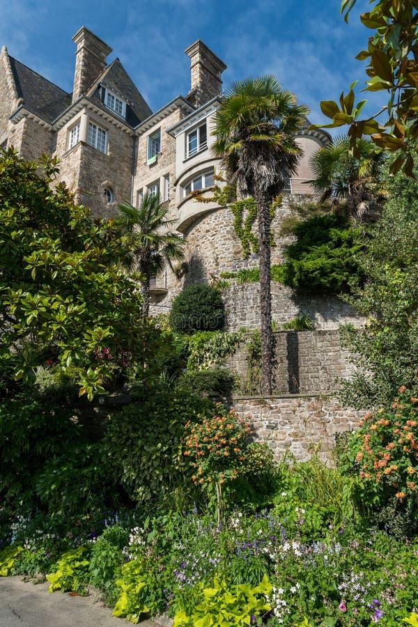 Domy i drzewka palmowe na deptaku Clair De Lune w Dinard obrazy stock