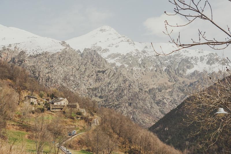 Domy i góry w Hiszpania zdjęcia royalty free