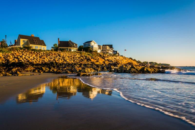 Domy na falezach przegapia Atlantyckiego ocean w Jork, Maine obraz royalty free