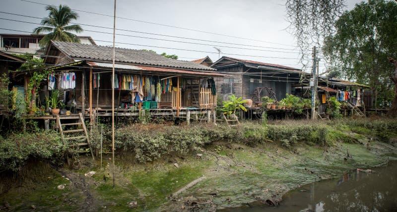 Domy na kanale w Tajlandia w czasie odpływu morza fotografia stock