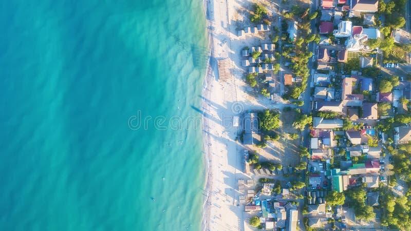Domy na plaży w Francja Widok z lotu ptaka luksusowy odpoczywać przy słonecznym dniem obrazy stock
