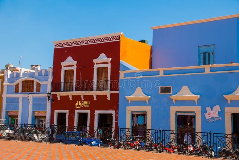 Domy na ulicie z kolorowymi fasadami Stary miasteczko San Fransisco de Campeche Meksyk fotografia royalty free