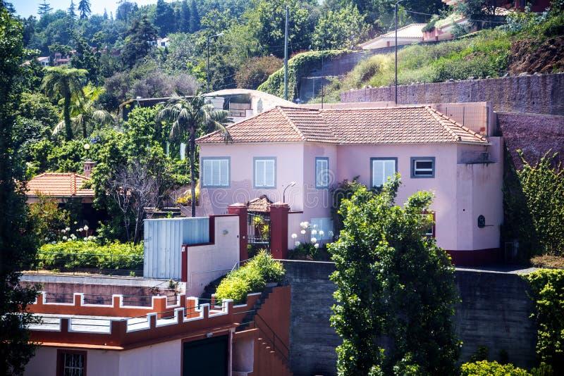 Domy od wagonu kolei linowej który biega od pozioma morza w Funchal Monte nad miasto na wyspie madera Portugalia wysoko obrazy royalty free