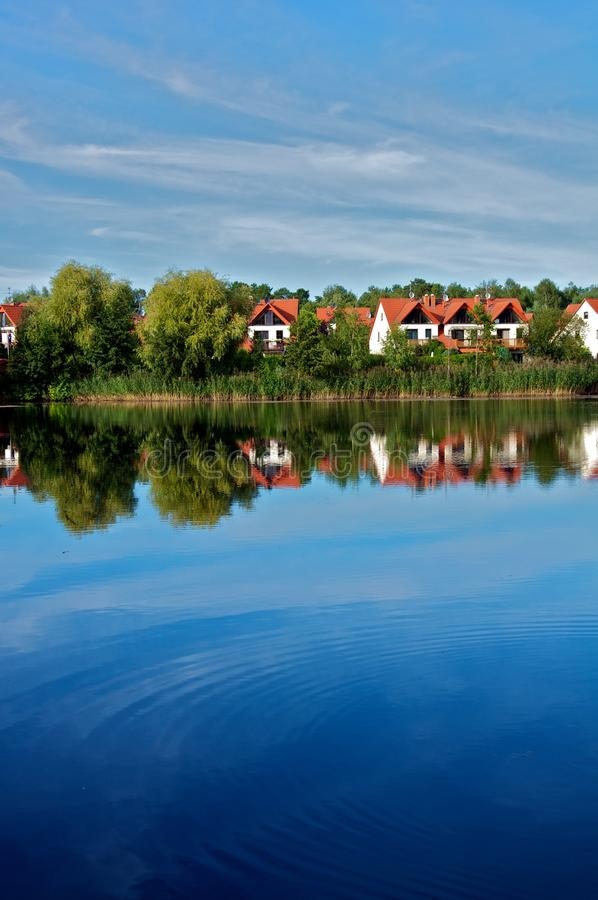 Domy przy jeziorem obrazy stock