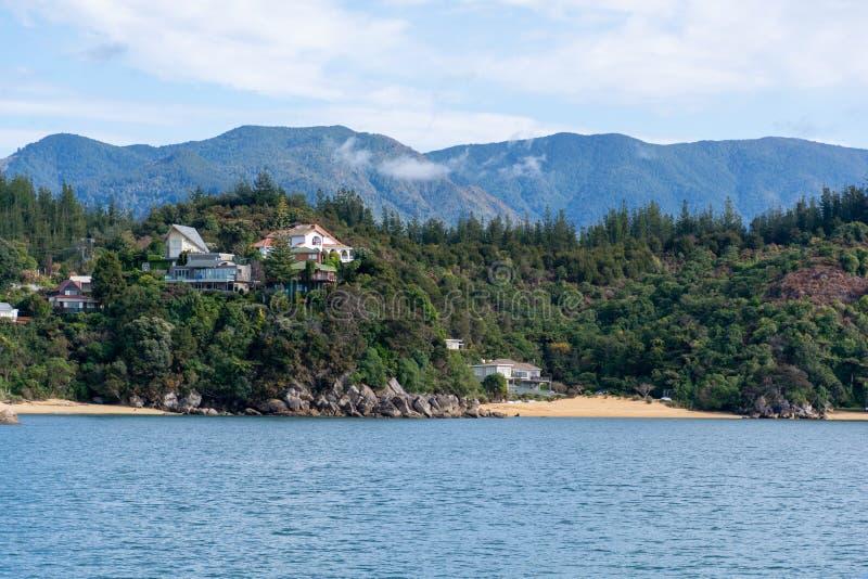 Domy w wzgórzu przy linią brzegową Kaiteriteri, Abel Tasman park narodowy Widok od ?odzi obrazy stock