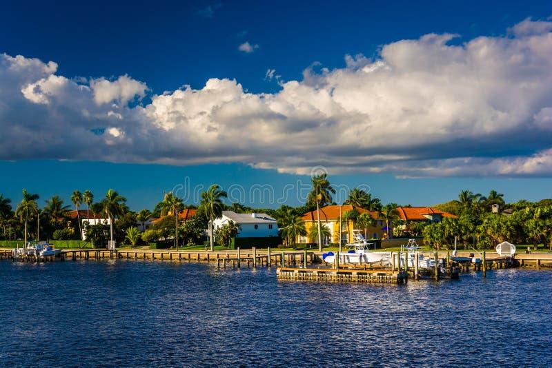 Domy wzdłuż Intracoastal drogi wodnej w Zachodni palm beach, Flori zdjęcia royalty free
