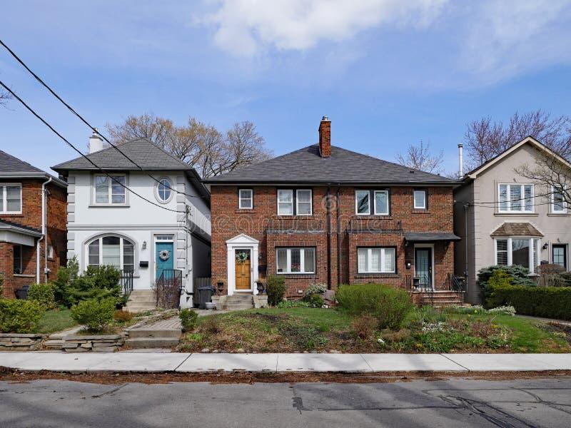 domy z cegły i stucco klasy średniej zdjęcia stock