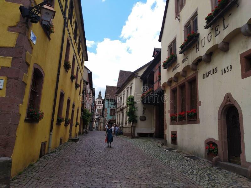 Domy z kolorowymi fasadami w rhenish stylu w Riquewihr, Francja obraz stock