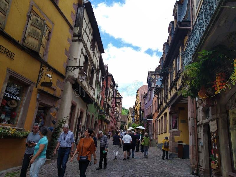 Domy z kolorowymi fasadami w rhenish stylu w Riquewihr, Francja zdjęcie royalty free