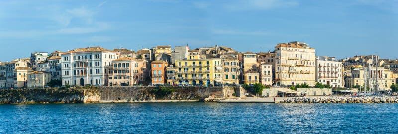 Domy zbudowane na wybrzeżu, zatoka Kerkyra fotografia royalty free
