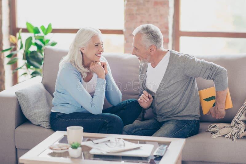 Domysł co dla ciebie Szczęśliwa starsza para ma anniversar obrazy stock
