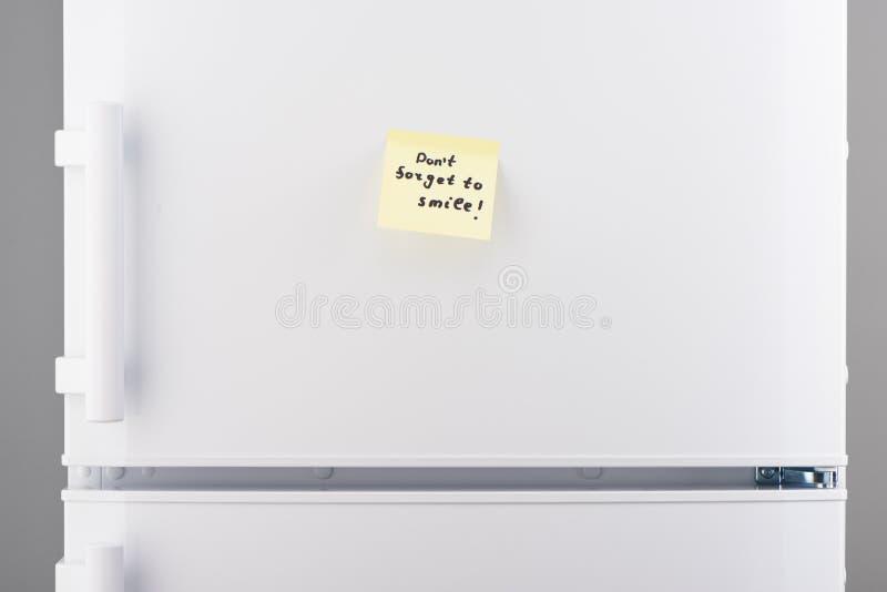 Don't oublient de sourire note sur le réfrigérateur blanc photos libres de droits