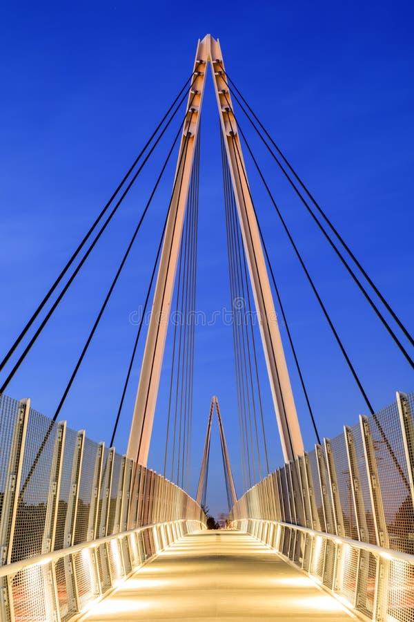 Don Burnett Bicycle-Pedestrian Bridge em uma noite clara do inverno foto de stock