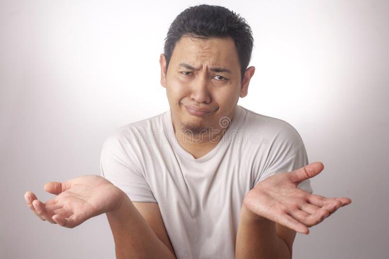 Азиатское don& x27 плеча i пожимания плечами человека; t знает жест стоковые изображения